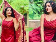 Bhojpuri star Monalisa performs daring stunt, breaks glass bottle on her head!
