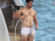 Dad-Bod alert! Nick Jonas goes shirtless, flaunts 'love handles'