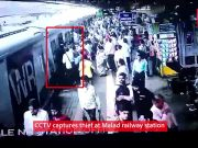 Mumbai: CCTV captures thief stealing mobile phone at Malad railway station