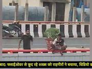 हैदराबाद: फ्लाईओवर से कूद रहे शख्स को राहगीरों ने बचाया, विडियो वायरल
