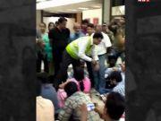 अहमदाबाद: फ्लाइट लेट होने पर यात्रियों ने एयरपोर्ट पर दिया धरना