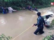 केरल बाढ़: सेना के जवानों ने एर्नाकुलम जिले में बचाव अभियान चलाया