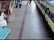 चलती ट्रेन से उतरने की कोशिश में गिरा युवक, RPF कांस्टेबल ने यूं बचाई जान