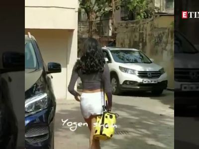 Janhvi Kapoor gets obsessed with her yellow Spongebob sling bag!