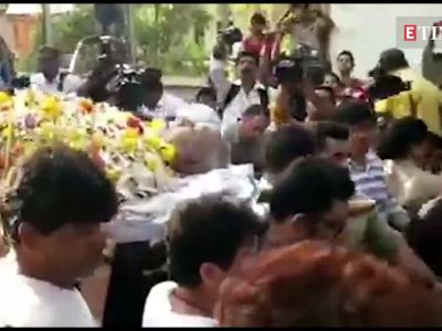 Watch: Kajol breaks down in Aishwarya Rai Bachchan's arms at father-in-law Veeru Devgan's funeral